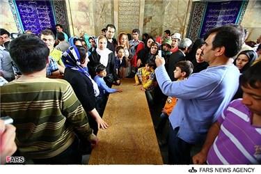 مسافران نوروزی در کنار مقبره سعدی شیرازی