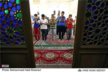 اقامه نماز در مراسم اعتکاف دانش آموزان شیرازی