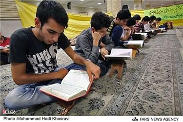 محفل قرآن در مراسم اعتکاف دانش آموزان شیرازی در مسجد حرم علی ابن حمزه