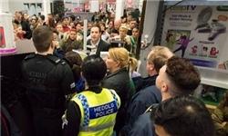 جشن شکرگزاری انگلیس: استقرار پلیس در مراکز خرید پس از هجوم خریداران