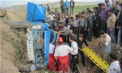 رهاسازی یک مصدوم از نیسان واژگون شده/امدادرسانی به 125 نفر در روز دوم فروردین