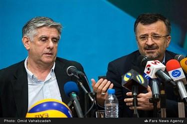 محمدرضا داورزنی رئیس فدراسیون والیبال  قبل از امضاء قرارداد با سرمربی جدید تیم ملی والیبال سخنرانی می کند