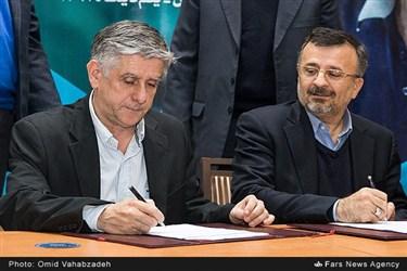 محمدرضا داورزنی رئیس فدراسیون والیبال  و رائول لوزانو سرمربی جدید تیم ملی والیبال  در حال امضاء قرار داد