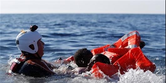 خارج کردن جسد جوان غرق شده در دریاچه سد کارون 3 / اقدامات توسط غواصان محلی صورت گرفت / عدم حضور متولیان امداد و نجات