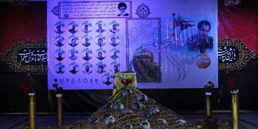 تقدیم مدالهای قهرمانان دانش آموز به خانواده شهید حامد جوانی