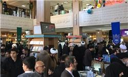 ابتکار تحسینبرانگیز شهرداری قم و کتابستان رضوی؛ عرضه عیدانه کتاب به راهپیمایان