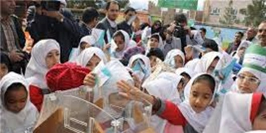 دانش آموزان شاهینشهری عیدی خود را تقسیم کردند