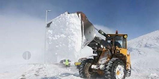 نمکپاشی مسیر برفی آقچری تا گردنه طالقان/ارتفاع برف 20 سانتیمتر بوده است