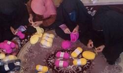 روایت «گرمای مهربانی»/ اینجا بسیجیان برای محرومان شال و کلاه میبافند