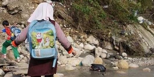 والدینی که بیش از تحصیل به فکر عبور بچههایشان از رودخانه هستند