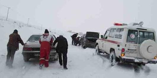 توزیع اقلام در بین افراد گرفتار در برف