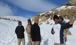 مرزبانان امنیت کشور را در ارتفاع ۳۰۰۰ متری و در میان سرمای سوزان تامین میکنند+عکس و فیلم