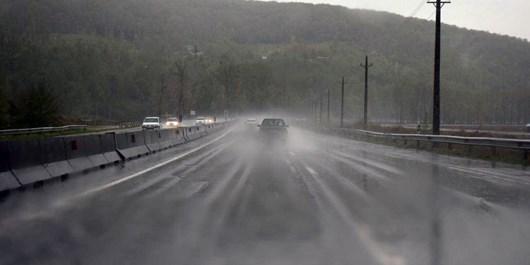 بارش باران و برف در محورهای مواصلاتی همدان