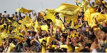 حاشیه بازی سپاهانومسرفسنجان  پایکوبی هواداران سپاهان با دودزای زردرنگ