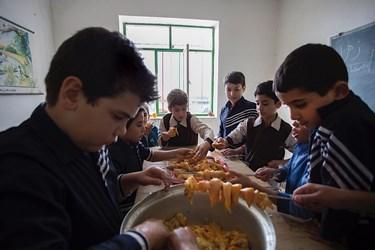 آقای ابوالقاسمی ماهی یکبار برنامه آموزش  آشپزی برای بچه ها دارد واین بار نحوه  پخت جوجه کباب را به دانشآموزان آموخت