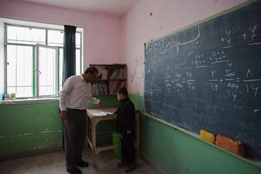 به دلیل اینکه کلاس چند پایه است، نحوه آموزش گاهی به صورت تک تک صورت میگیرد