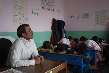 آقا معلم دانشاموزان را با مینیبوس خالی به اردو برده است و از آنها میپرسد
