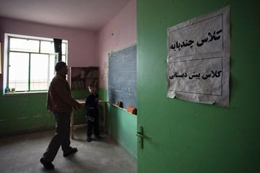 آقای ابوالقاسمی یک کلاس چند پایه را داره میکند