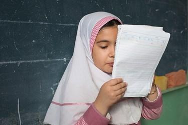 شیما در حال خواندن انشایی با موضوع «نه اینجوری نیست». در این مدرسه موضوع انشا خیلی متفاوت است و خلاقیت دانشآموزان را در قصهپردازی بالا میبرد