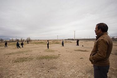 وقتی دانشآموزان در دشت مدرسه در حال بازی هستند، اقای ابوالقاسمی هم آنجاست و گاهی همبازی آنها میشود، او میگوید از همین رفتار بچهها در کلاس و حیات مدرسه نمره انضباط آنها را ثبت میکند