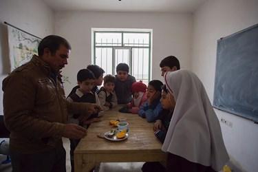 مدرسه روستای سیدآبادآزمایشگاه کوچک با حداقل امکانات داردولی با این حال آقای ابوالقاسمی گاهی برای فهم بهتر دانش آموزان  از هزینه شخصی وسایل آزمایشگاهی تهیه میکند