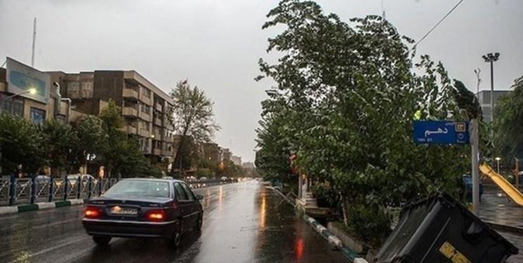 وقوع تندباد در بخشهایی از استان اردبیل/ آسیب به مبلمان شهری و قطعی برق بر اثر تندباد