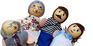 اهدای عروسکهای انگشتی به کودکان سیلزده