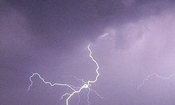 هشدار صاعقه در ارتفاعات و لزوم توقف کوهنوردی/پیشبینی سیلاب در مسیلها