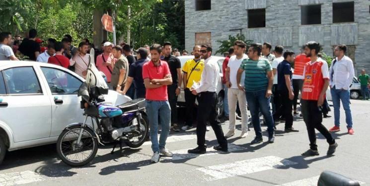 تجمع هواداران پرسپولیس/ اعتراض به رسول پناه و دلخوری از خلیل زاده/ تجمع کنندگان به ورزشگاه کاظمی رفتند