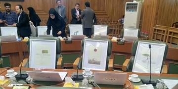 اعطای تابلوی نقاشی به اعضای شورای شهر تهران+ عکس