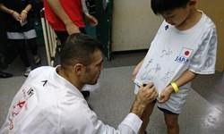 لیگ جهانی کاراته وان  کاپیتان تیم ملی کاراته لباس کودکان چشم بادامی را امضا کرد+فیلم
