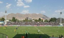 ورزشگاه تختی خرمآباد پر شد/ هواداران خیبر، کاپیتان لرتبار سپاهان را تشویق کردند +عکس
