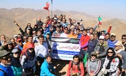 کوهنوردان وزارت نیرو به قله برف انبار صعود کردند