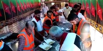 گزارش ویدیویی| خادمان حسینی؛ همچنان در خدمت زائران
