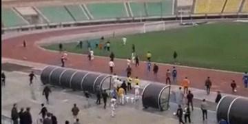 جنجال فیروز کریمی در قزوین/ کتککاری در لیگ دسته 2 فوتبال + فیلم