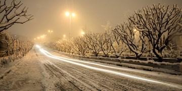 ترافیک در آزادراه کرج-قزوین/برف و باران در جادههای 10 استان