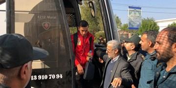فیلم/ حاشیه ورود پرسپولیسی ها به تختی آبادان ؛ شعار علیه ستاره سرخ پوشان