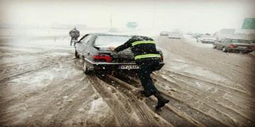 بارش برف در محورهای مواصلاتی چهارمحال و بختیاری/ الزام استفاده از زنجیرچرخ