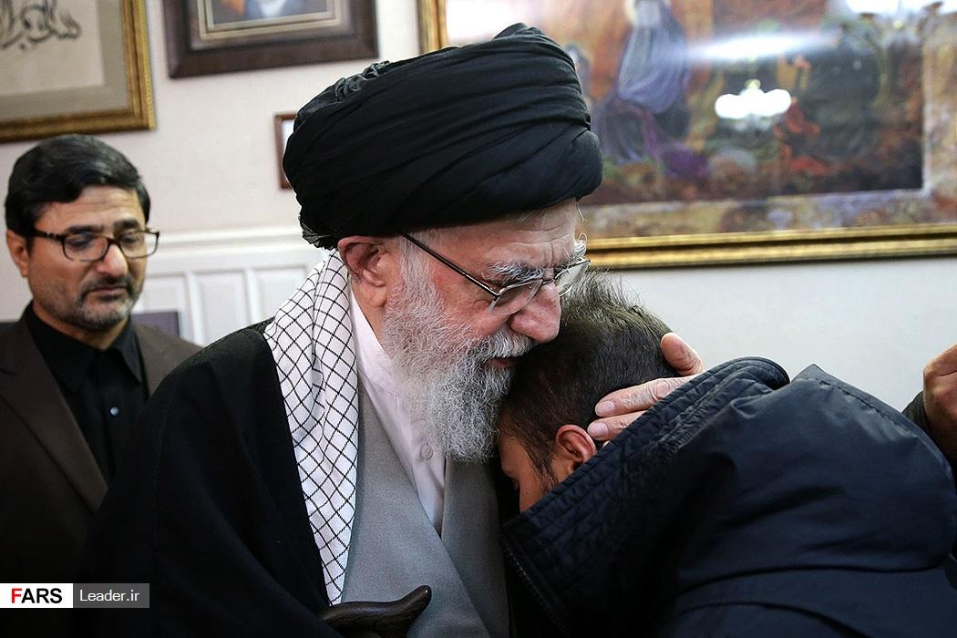 حضور رهبر معظم انقلاب در منزل سردار شهید سپهبد سلیمانی