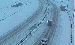 برف و کولاک در اکثر محور های مواصلاتی آذربایجان شرقی/ محدودیت تردد در آزاد راه پیامبر اعظم