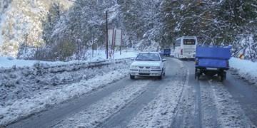 ادامه بارش در هراز و فیروزکوه/ترافیک عادی و روان در محورهای لغزنده