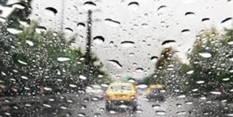 بارش باران در محورهای همدان/ مهگرفتگی در جادههای کوهستانی