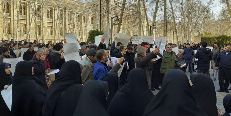 تجمع مقابل وزارت خارجه| مردم و دانشجویان: ظریف بابت اظهاراتش عذرخواهی کند
