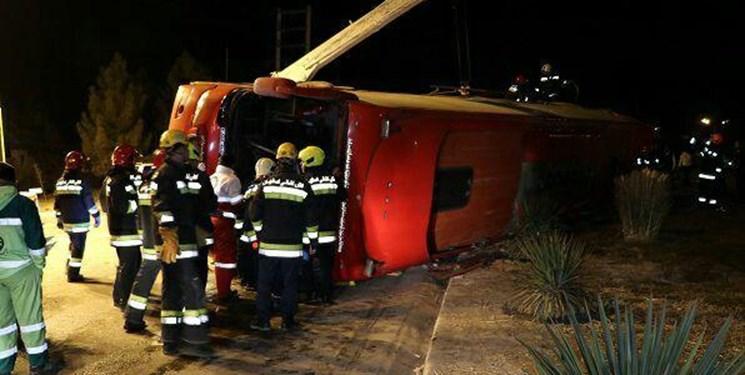 خوابآلودگی راننده عامل واژگونی اتوبوس تهران-شیراز/سرعت در زمان سانحه 80 کیلومتربرساعت