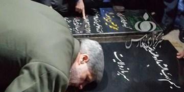 فیلم  حضور وزیر دفاع بر سر مزار «حاج قاسم» در کرمان