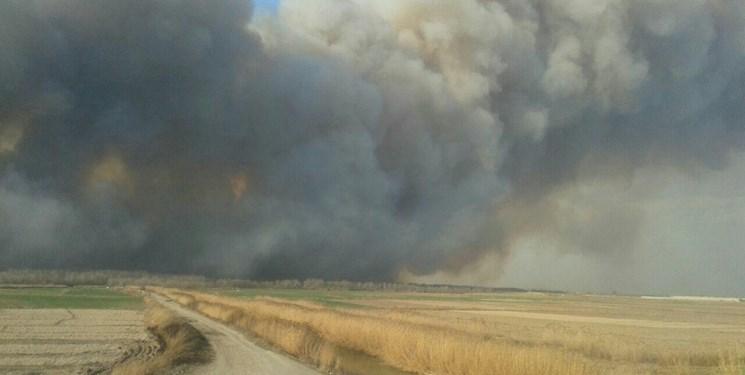 کنترل آتشسوزی بخشی از نیزارهای رود ارس در پارس آباد