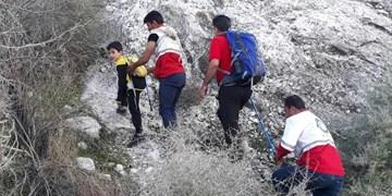 نجات پدر و پسر گرفتار شده در کوههای جم  توسط نیروهای هلال احمر