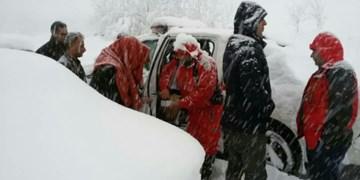 برف گیلان| همکاری مؤثر سپاه قدس و تیم آفرود گیلان در عملیات امدادرسانی جمعیت هلالاحمر