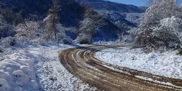 بارش برف و باران در جادههای 15 استان/محور شمشک-دیزین مسدود است