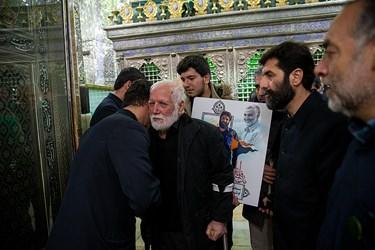 پدر و فرزند شهید مدافع حرم اصغر پاشاپور در مراسم غبار روبی ضریح مطهر سیدالکریم (ع)